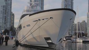 Sehr hohe Yacht - Yaletown Marinaside stock video footage