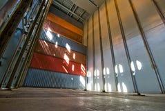 Sehr hoher Stapel Versandverpackungen lud an Bord des Containerschiffs Lizenzfreies Stockfoto
