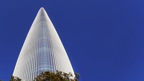 Sehr hoher Wolkenkratzer Ansicht von unten Stockfotos