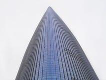 Sehr hoher Wolkenkratzer in Seoul-Stadt Ansicht von unten Lizenzfreie Stockbilder