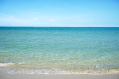 Sehr klarer See- und Sandstrand Stockfoto