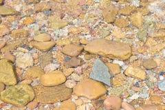 Sehr klares Wasser und sieht die Felsen Lizenzfreie Stockfotos