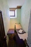 Sehr kleine Zelle in einem alten Gefängnis stockfotos