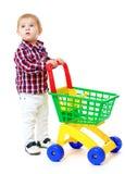 Sehr kleiner Junge rollt einen Spielzeuglastwagen Lizenzfreie Stockfotografie