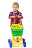 Sehr kleiner Junge rollt einen Spielzeuglastwagen Stockbild