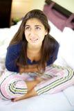 Sehr kranke und junge Lattenfrau Lizenzfreie Stockfotografie