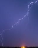 Sehr lang und gewundener Blitz Stockfoto