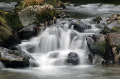 Sehr langsamer Blendenverschlußwasserfall Stockbild
