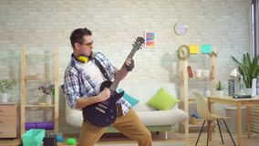 Sehr lauter ausdrucksvoller Rockgitarrist, der zu Hause spielt stock video footage