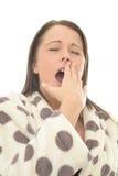 Sehr müde attraktive junge Frau, die mit den Augen geschlossen gähnt Lizenzfreie Stockbilder