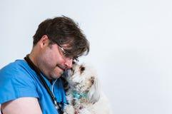 Sehr mitfühlender Tierarzt Lizenzfreie Stockbilder