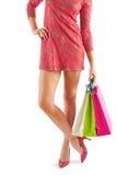 Sehr nah herauf Ansicht über eine junge Frau, die Papiertüten lokalisiert hält stockfoto