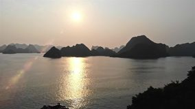 Sehr nette Gesamtlänge langer Bucht Reisegesamtlänge Vietnams, Asien ha Endsonnenaufflackern Schie?enbrummen stock video
