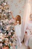 Sehr nette reizend Blondine des kleinen Mädchens in einem weißen Kleidererreichen stockbilder