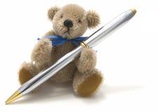 Sehr netter Teddybär, der eine Feder anhält Lizenzfreie Stockfotos