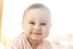 Sehr nettes Babylächeln Stockbild