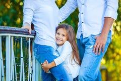 Sehr nettes kleines blondes Mädchen, welches die Fußmutter hält stockfoto