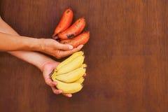 Sehr neues Bananenbündel in den Händen Stockbilder