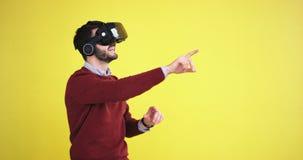 Sehr neugierig Mann unter Verwendung der Gläser einer virtuellen Realität und Spielen eines virtuellen Spiels wird er sehr von ei stock video