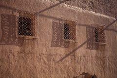 Sehr populäre Filmemacher, die das kasbah AIT - Benhaddou, Marokko wieder aufbauen Lizenzfreies Stockfoto