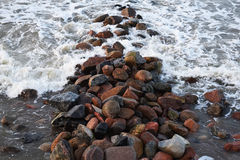 Sehr schöne Ansicht der rasenden Wellen von Meer, die den Felsen schlugen Stockfoto