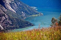 Sehr schöne Ansicht des Berges auf dem blauen Wasser des fjo Lizenzfreie Stockfotos