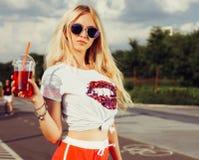 Sehr schöne blonde sexy Frau, die ein Sommergetränk genießt outdoor Frische in der Hitze Stockfoto