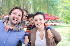 Sehr schöne glückliche Familie lizenzfreie stockbilder
