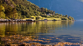 Sehr schöne Landschaftsansicht der gemütlichen kleinen Häuser und des Galans Stockfoto