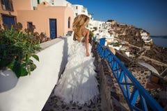 Sehr schöne langhaarige blonde stehende Frau im sexy kurzen Kleid Stockbild
