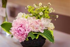 Sehr schöne rosa Pfingstrosen gemacht in einem Blumenstrauß Lizenzfreie Stockfotos