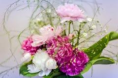 Sehr schöne rosa Pfingstrosen gemacht in einem Blumenstrauß Stockfotos