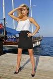 Sehr schöne sexy Frau im fantastischen bunten Kleid auf dem bunten Hintergrund von den Brettern Stockfotos