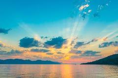 Sehr schöner Himmel in den Strahlen des aufgehende Sonne Stockbild