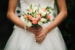 Sehr schöner Hochzeitsblumenstrauß in den Händen der Braut Stockfotos