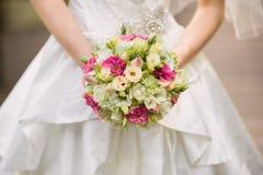 Sehr schöner Hochzeitsblumenstrauß in den Händen der Braut Lizenzfreies Stockbild