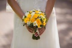 Sehr schöner Hochzeitsblumenstrauß in den Händen der Braut Lizenzfreie Stockbilder