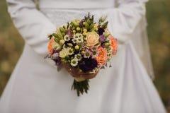 Sehr schöner Hochzeitsblumenstrauß in den Händen der Braut Stockfoto
