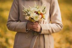 Sehr schöner Hochzeitsblumenstrauß in den Händen der Braut Lizenzfreie Stockfotos