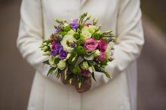 Sehr schöner Hochzeitsblumenstrauß in den Händen der Braut Stockbilder