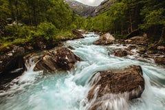 Sehr schöner starker Wasserfall in Norwegen mit dem Effekt von f Lizenzfreie Stockfotografie
