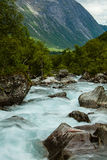Sehr schöner starker Wasserfall in Norwegen mit dem Effekt von f Lizenzfreies Stockbild