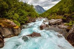 Sehr schöner starker Wasserfall in Norwegen mit dem Effekt von f Lizenzfreies Stockfoto