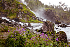 Sehr schöner Wasserfall in Norwegen mit schnell fließendem Wasser, Felsen Lizenzfreie Stockfotos