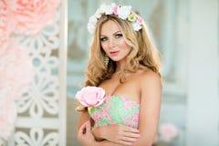 Sehr schönes blondes Mädchen in einem Spitzekleid mit einem Kranz des Flusses Lizenzfreie Stockfotografie