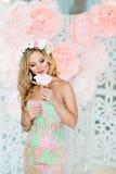 Sehr schönes blondes Mädchen in einem Spitzekleid mit einem Kranz des Flusses Lizenzfreies Stockbild