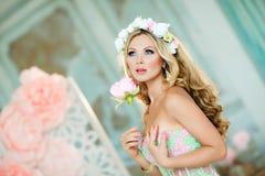 Sehr schönes blondes Mädchen in einem Spitzekleid mit einem Kranz des Flusses Lizenzfreie Stockbilder