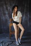 Sehr schönes Mädchen in den kurzen kurzen Hosen und im Hut Lizenzfreie Stockbilder