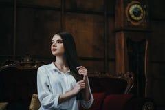 Sehr schönes sexy Brunettemädchen, das unter Stunden steht Lizenzfreie Stockfotografie