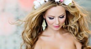 Sehr schönes und sinnliches blondes Mädchen mit Augen schloss, Abschluss-u Lizenzfreies Stockfoto